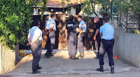 Des gendarmes devant la maison du retraité incarcéré, mercredi à Nissan-lez-Enserune.