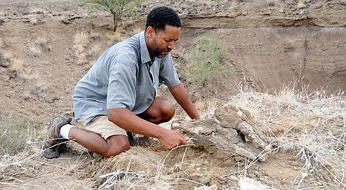 Le DrZeresenay Alemseged, de la California Academy of Sciences (à gauche), a dirigé les fouilles en Éthiopie.