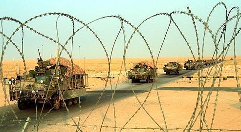 A la frontière du Koweit,des véhicules blindés américains évacuent l'Irak.