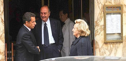Selon le Canard, Nicolas Sarkozy avait proposé dès le mois de juillet l'aide de l'UMP à son prédécesseur, au cours d'un déjeuner amical. Crédit photo : Abaca.