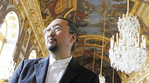 Takashi Murakami pose au château de Versailles
