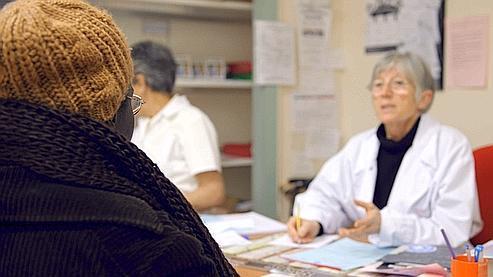 Une gynécologue de l'ONG Médecins du monde reçoit en consultation une jeune femme en situation irrégulière le 20 janvier 2010, à Lyon.