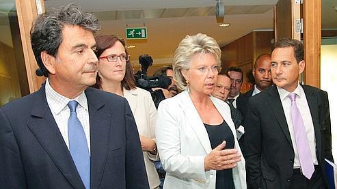 Viviane Reding (ici entre Pierre Lellouche et Eric Besson) va demander à José Manuel Barroso de lancer une procédure d'infraction contre Paris.