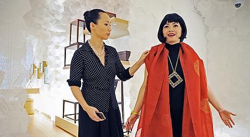 Jiang Qiong-er, fondatrice de Shang Xia (à gauche), lors de l'ouverture du premier magasin de la marque, jeudi.