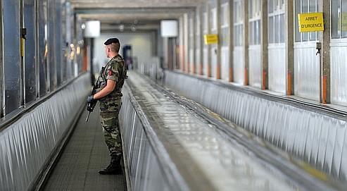 Un militaire en patrouille à la gare Montparnasse, lundi à Paris.