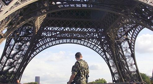 Dans le cadre du plan vigipirate, un militaire patrouille sous la Tour Eiffel à Paris (illustration).