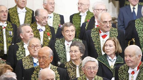 Simone Veil, ici avec ses nombreux parrains, dont Valéry Giscard d'Estaing, Alain Decaux, Max Gallo, Florence Delay, a eu les honneurs de l'académie à plus de 80 ans.