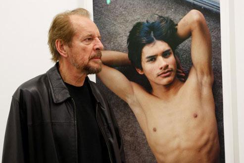 Larry Clark, mardi, lors de l'accrochage de l'exposition consacrée à ses photos au Musée d'art moderne de la Ville de Paris. (Crédits photo: Jean-Christophe Marmara)