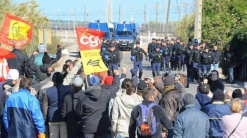 La police déloge les manifestants qui bloquent le dépôt de Frontignan. Crédits photo: Pascal Guyot/AFP