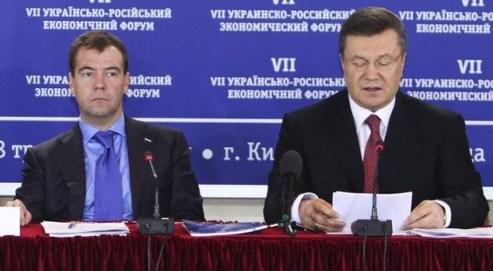 Le président ukrainien Viktor Ianoukovytch (a.d.) et son homologue russe Dmitri Medvedev assistent au 7ème Forum Economique Russo-Ukrainien à Kiev le 18 mai 2010. Crédits photo : Reuters/Vostock-photo.