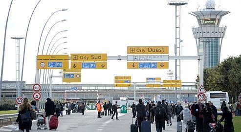 Des passagers tentent de rejoindre l'aéroport d'Orly le 20 octobre, alors que des employés en grève bloquent les accès routiers.