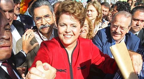 Après avoir voté, dimanche, à Porto Alegre (sud du Brésil), la candidate Dilma Rousseff est saluée par des supporteurs.