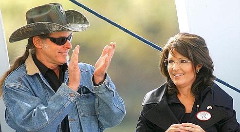 Le rocker Ted Nugent applaudit Sarah Palin lors d'un meeting de soutien au candidat républicain en Virginie-Occidentale.