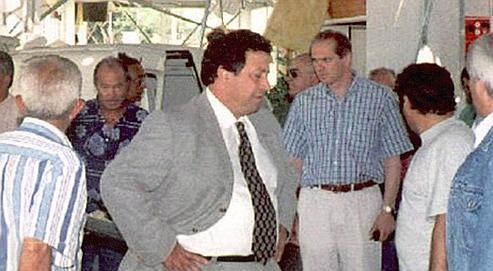 Photo prise le 28 mars 1996 de l'ancien président de la Chambre de Commerce et de l'Industrie (CCI) de Corse du Sud, Gilbert Casanova (au centre), mis en examen dans l'affaire de l'hélicoptère de la drogue.