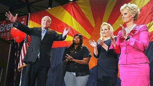 John McCain, candidat républicain malheureux à la dernière présidentielle, a été réélu sans difficulté pour un cinquième mandat de sénateur de l'Arizona.