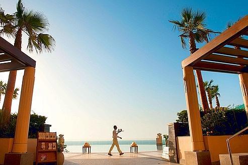 Modernité et style à l'hôtel Four Seasons d'Alexandrie, dont les 118 chambres donnent sur la mer Méditerranée. Cette piscine la surplombe.