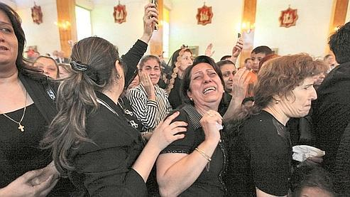 Des mères, des épouses et des soeurs des victimes de la tuerie du 31 octobre à Bagdad, où 53 personnes ont été tuées, laissent éclater leur colère et leur chagrin pendant les funérailles qui se sont tenues le 2 novembre dans l'église chaldéenne Saint-Joseph à Bagdad.