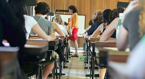 Des élèves attendent la distribution des sujets de philosophie à Paris.