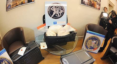 Photo prise le 27 novembre 2010 dans les locaux de la police judiciaire à Paris de trois valises contenant de la cocaïne saisies dans la nuit du 26 au 27 novembre 2010 à Neuilly-sur-Seine.