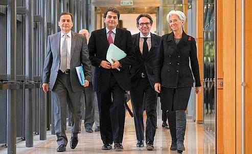 Christine Lagarde, ministre de l'Économie, en compagnie (de gauche à droite) du ministre de l'Industrie, de l'Énergie et de l'Économie numérique, Éric Besson, du secrétaire d'État au Commerce extérieur, Pierre Lellouche, et du secrétaire d'État aux PME, au Tourisme et à la Consommation, Frédéric Lefebvre, mercredi à Paris.