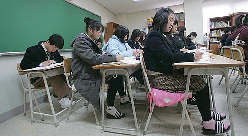 Les autorités, obsédées par les classements, cherchent en permanence à améliorer la compétitivité du système sous la pression de parents qui voient dans la réussite scolaire la clé de l'ascension sociale.
