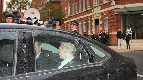 Julian Assange est conduit mardi à la cour de justice de Westminster. La Suède a émis un mandat d'arrêt à l'encontre de l'Australien pour des affaires de «viol, d'agression sexuelle et de coercition» commis sur deux femmes en août.
