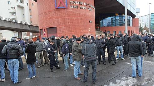 Des policiers se sont rassemblés devant le tribunal de Bobigny vendredi pour protester contre la condamnation à de la prison ferme des sept policiers.