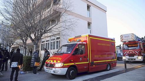 Des pompiers stationnent dimanche devant la résidence de la Madrague, à Marseille, pour évacuer l'homme victime d'un arrêt cardiaque à la suite d'un tir de flash-ball.