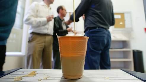 La pause café coûte cinq fois plus cher que la pause cigarette, selon une étude britannique.