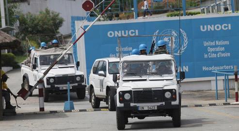 Des troupes de l'Onuci quittent leur quartier général, dimanche à Abidjan, pour une mission de patrouille.
