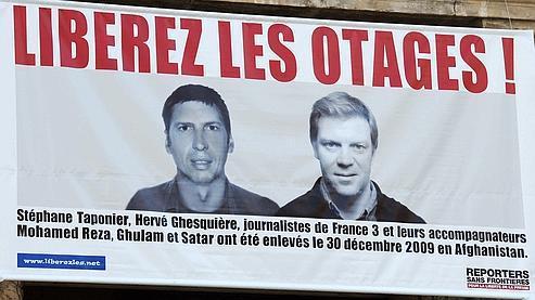 Les deux journalistes français otages en Afghanistan, ici sur une affiche déployée à Montpellier. Crédits photo: AFP PHOTO/PASCAL GUYOT