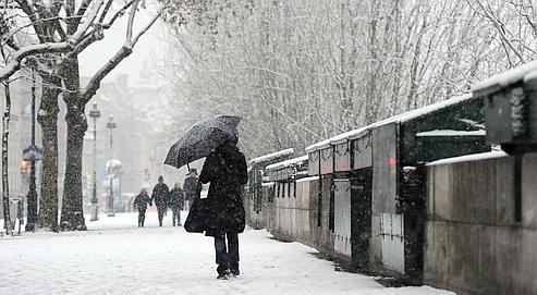 Les quais des bouquinistes à Paris couverts de neige depuis lundi. Plusieurs spécialistes estiment qu'il va désormais falloir s'habituer à des hivers rigoureux.