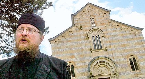 Le père Sava Janic est entré au monastère de Decani en 1992. Ce sanctuaire abrite 30 moines et novices. Cible d'attaques albanaises, le lieu est sous protection des troupes italiennes de l'ONU.