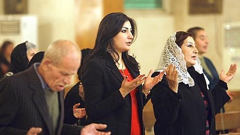 Des Irakiens de confession chrétienne assistent à une messe à Bagdad, le 24 décembre. Cette communauté religieuse a fait l'objet de plusieurs attaques ces deux derniers mois.