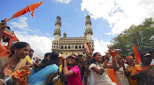 Depuis quinze ans,Hyderabad croît à un rythme effréné. Métropole généreuse, multiculturelle et accueillante, elle attire aussi bien les géants de l'informatique que ceux de l'industrie du cinéma.