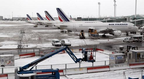 Dégivrage d'une carlingue d'avion par projection de glycol. (Crédits photo: Pierre Verdy/AFP)