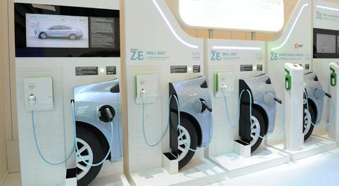 Des bornes de recharge électrique exposées sur le stand Renault, lors du Mondial de l'automobile en octobre dernier. (Crédits photo : Gilles ROLLE/REA)