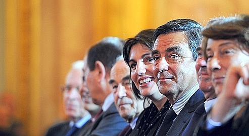 Aux côtés de François Fillon, la femme et la fille de Philippe Séguin, vendredi à l'Assemblée nationale.