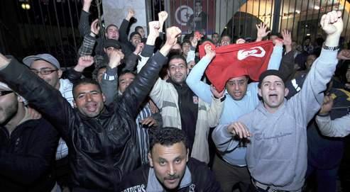 Des milliers d'habitants de Tunis ont bravé le couvre-feu pour exprimer leur joie, quelques minutes après le discours télévisé du président .