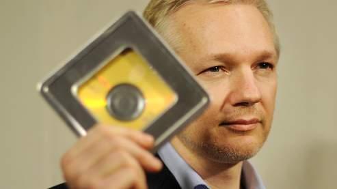 Julian Assange, fondateur de WikiLeaks, s'est vu remettre devant la presse les 2000 noms sur deux CD.