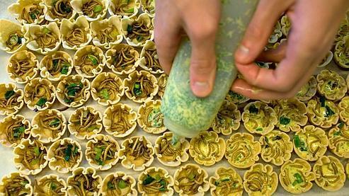Préparation de quiches aux vers dans le cadre d'une présentation universitaire aux Pays-Bas sur la promotion de la consommation des insectes.