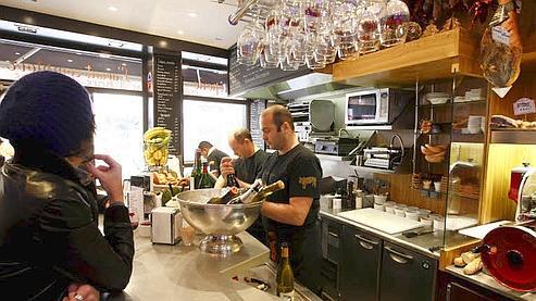 L'Avant-Comptoir, bar à hors-d'oeuvres d'Yves Camdeborde, sert de délicieuses crêpes à emporter.