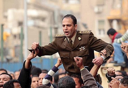 Des manifestants portent un officier de l'armée égyptienne, place Tahrir, au Caire. Crédits photo: AP/Lefteris Pitarakis