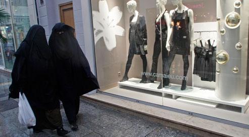 Après la France et les Pays-Bas, l'interdiction de la burqa touche l'Allemagne. (Crédits photo : JEAN-PAUL PELISSIER/REUTERS)
