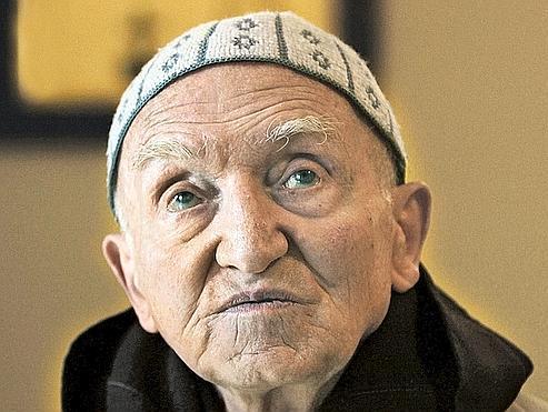 À 88 ans, le frère Jean-Pierre, seul survivant du monastère de Tibihirine, pense chaque jour à ses frères disparus, mais, récusant la nostalgie, il a choisi l'espérance.