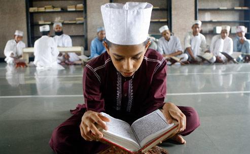 Jeunes Indien étudiant le Coran à Bombay en 2007. SAJJAD HUSSAIN / AFP
