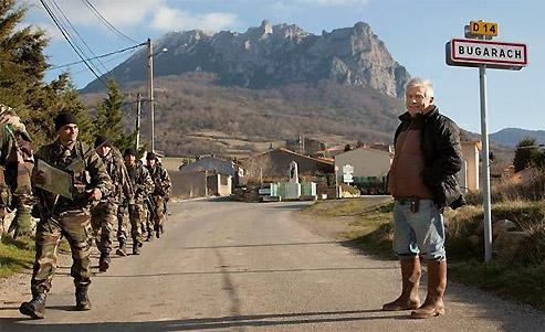 Jean-Pierre Delord, maire de Bugarach, regarde une colonne de légionnaires en manoeuvres dans la région traverser le village. Coïncidence ou entraînement de routine ? Les rumeurs vont bon train. (Gilles Bassignac/Le Figaro Magazine)