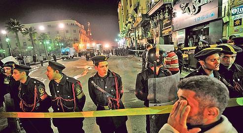 Des policiers égyptiens font évacué le soukde Khan el-Khalili, au Caire, le 22 février 2009, suite à l'explosion d'un engin qui visait un groupe de lycéens français de Levallois-Perret qui achevait un voyage d'agrément.