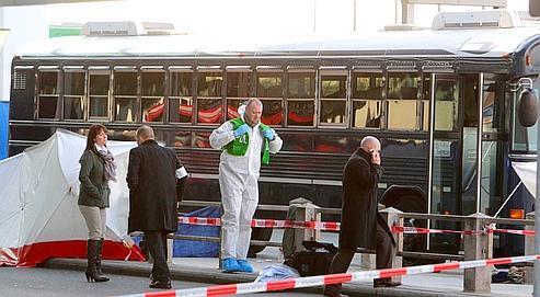 Des enquêteurs examinent le bus militaire américain qui a fait l'objet d'une fusillade mortelle, mercredi à l'aéroportde Francfort.