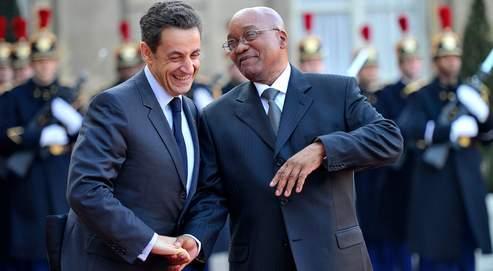 Le chef de l'État français, Nicolas Sarkozy, et son homologue sud-africain, Jacob Zuma, mercredi, dans la cour du Palais de l'Élysée.